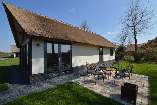 Villapparte-Belvilla-Vakantiehuis Droomeind Villa Brocante-luxe vakantiehuis voor 4 personen op kleinschalig parkje-Alphen-Noord Brabant-buiten terras