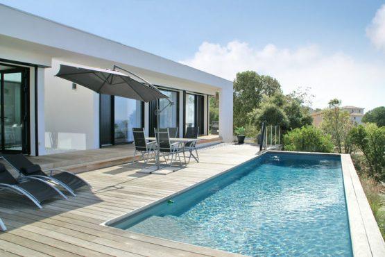Villapparte-Belvilla-Villa Seaview-Luxe vakantievilla in Albitreccia voor 6 personen-met zwembad-Frankrijk-Corsica-terras met ligbedden