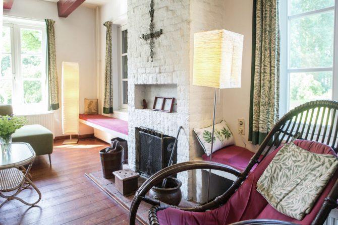 Villapparte-Belvilla-Boerderij Korskes Hoef in Drimmelen-nostalgisch vakantiehuis voor 8 personen-woonkamer met openhaard