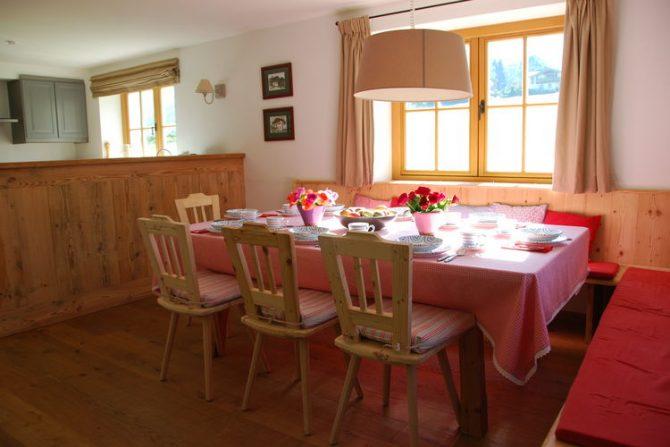 Villapparte-Belvilla-Chalet Bichlnwiesn-luxe chalet voor 8 perosnen in Jochberg-Oostenrijk-knusse eethoek