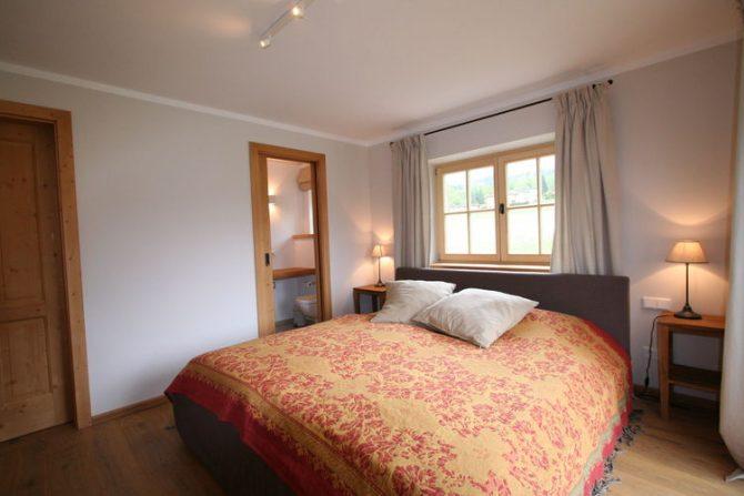 Villapparte-Belvilla-Chalet Bichlnwiesn-luxe chalet voor 8 perosnen in Jochberg-Oostenrijk-romantische slaapkamer