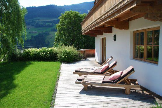 Villapparte-Belvilla-Chalet Bichlnwiesn-luxe chalet voor 8 perosnen in Jochberg-Oostenrijk-zonnige tuin