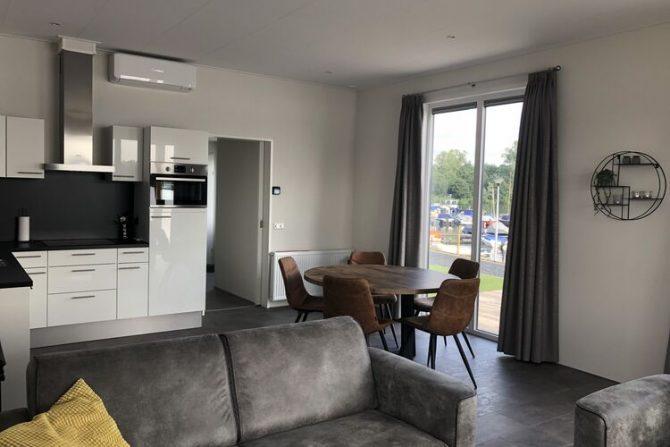 Villapparte-Belvilla-Chalet Recreatiepark 't Loo-vakantiechalet op parkje voor 5 personen-Linden-Noord Brabant-luxe keuken met eethoek