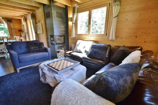 Villapparte-Belvilla-Chalet le Chevreuil Franse alpen-luxe chalet voor 12 personen-knusse woonkamer met kachel