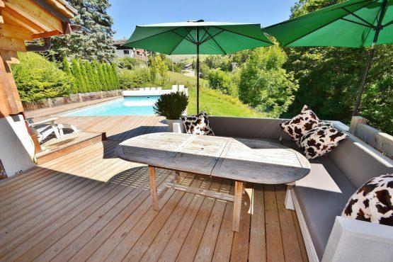 Villapparte-Belvilla-Chalet le Chevreuil Franse alpen-luxe chalet voor 12 personen-terras bij zwembad