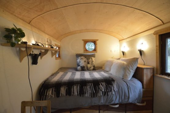 Villapparte-Belvilla-Cottage Pipowagen 't Oventje-unieke pipowagen in Zeeland voor 2 personen-romantisch 2 persoons bed