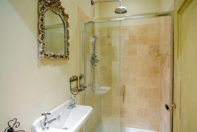 Villapparte-Belvilla-Landhuis La Dame a l'Hermine-authentiek vakantiehuis met zwembad-badkamer
