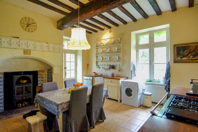 Villapparte-Belvilla-Landhuis La Dame a l'Hermine-authentiek vakantiehuis met zwembad-knusse keuken met kachel