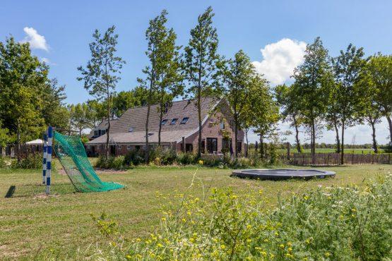 Villapparte-Belvilla-Landhuis 't Blauwtje-vakantiehuis in Zeeland voor 5 personen-trampoline en speelveld
