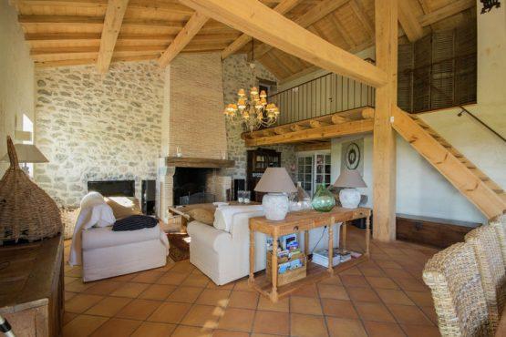 Villapparte-Belvilla-Mas d'Ourbise Penan-luxe vakantievilla-woonkamer-robuuste openhaard