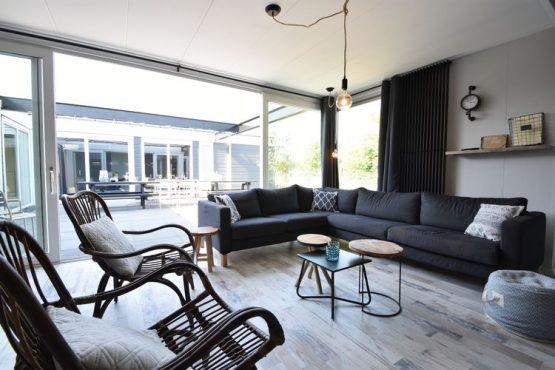 Villapparte-Belvilla-Vakantiehuis Casa Familia-luxe vakantiehuis voor 14 personen in Sint-Annaland-op vakantiepark-Zeeland-gezellige zithoek