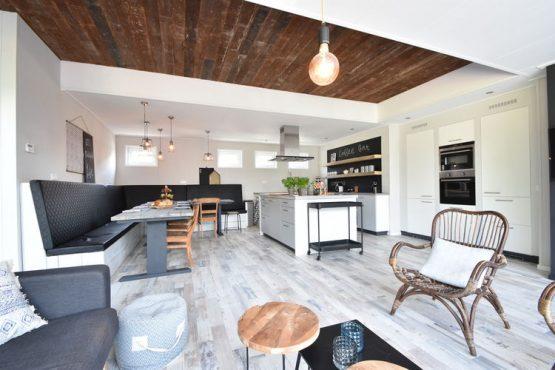 Villapparte-Belvilla-Vakantiehuis Casa Familia-luxe vakantiehuis voor 14 personen in Sint-Annaland-op vakantiepark-Zeeland-luxe keuken met eethoek