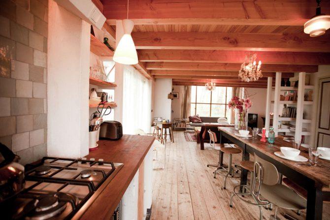 Villapparte-Belvilla-Vakantiehuis De Schone Leij-Romantisch vakantiehuisje voor 2 personen-Bergen-Noord-Holland-woonkeuken met eettafel