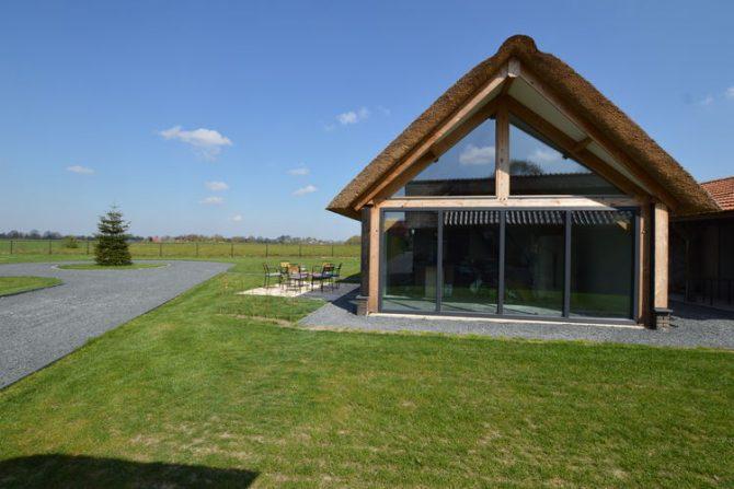 Villapparte-Belvilla-Vakantiehuis Droomeind Villa Bianco-luxe vakantiehuis op parkje voor 4 personen-Alphen-Noord Brabant-tuin met zitje