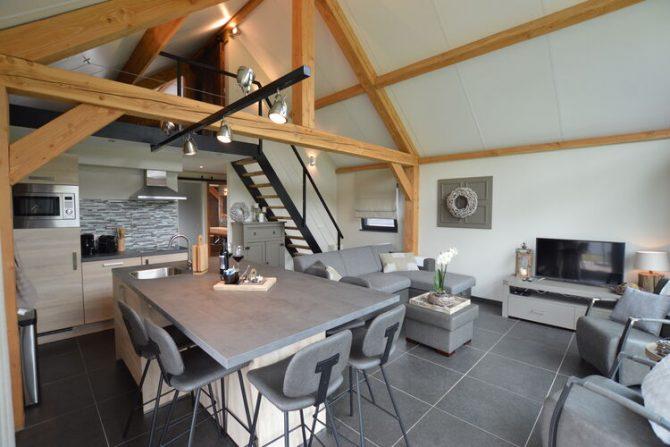 Villapparte-Belvilla-Vakantiehuis Droomeind Villa Bianco-luxe vakantiehuis op parkje voor 4 personen-Alphen-Noord Brabant-woonkamer met vide