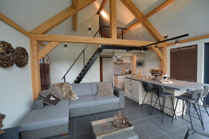 Villapparte-Belvilla-Vakantiehuis Droomeind Villa Brocante-luxe vakantiehuis voor 4 personen op kleinschalig parkje-Alphen-Noord Brabant-knusse woonruimte met vide