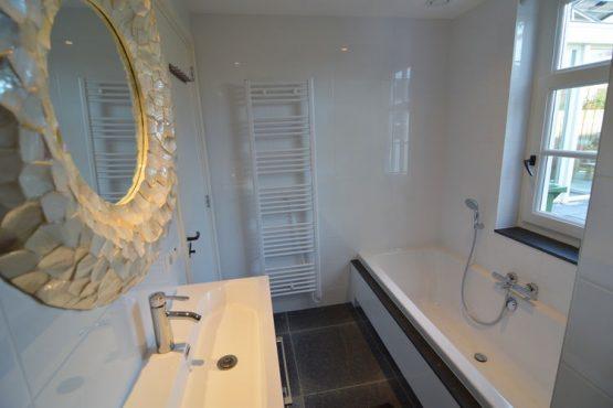 Villapparte-Belvilla-Vakantiehuis Het Hemels Helleke-luxe vakantiehuis voor 12 personen-Oosterhout-Noord Brabant-luxe badkamer