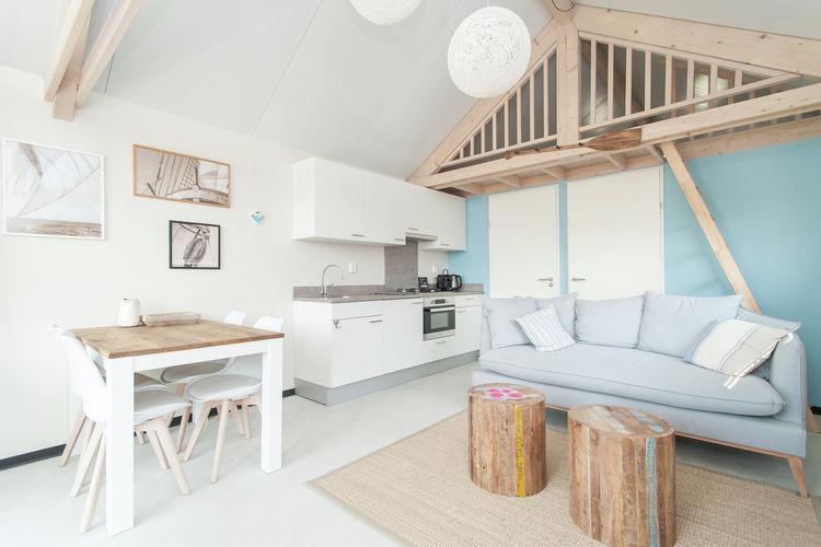 Villapparte-Belvilla-Vakantiehuis Sea Lodge in Bloemendaal-knusse zee lodge voor 4 personen-knusse woonkamer met eethoek