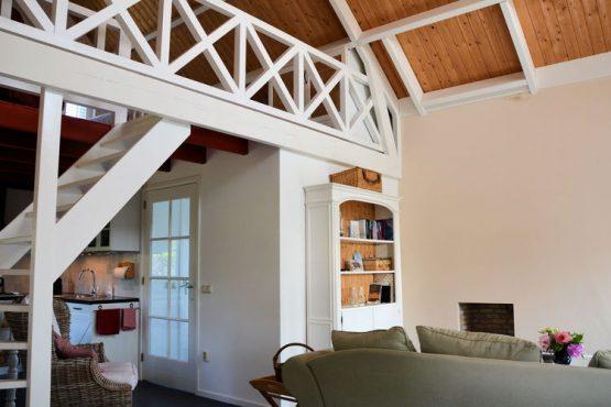 Villapparte-Belvilla-Vakantiehuis Searose in Noordwijk-gezellig vakantiehuis voor 2 personen-woonkamer met vide