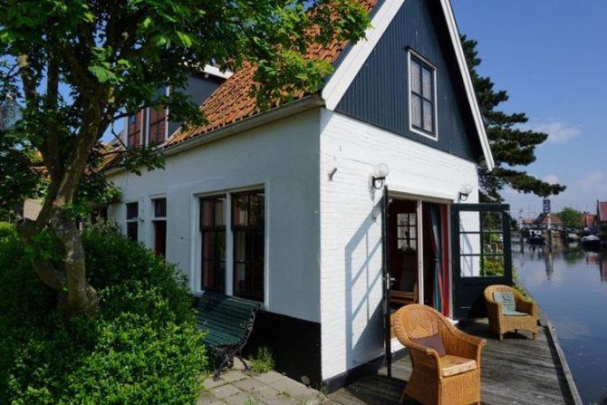 Villapparte-Belvilla-Vakantiehuis Skippers Inn in Hindeloopen-vakantiehuis voor 4 personen aan het water