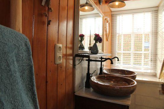 Villapparte-Belvilla-Vakantiehuis Skippers Inn in Hindeloopen-vakantiehuis voor 4 personen aan het water-nostalgische badkamer