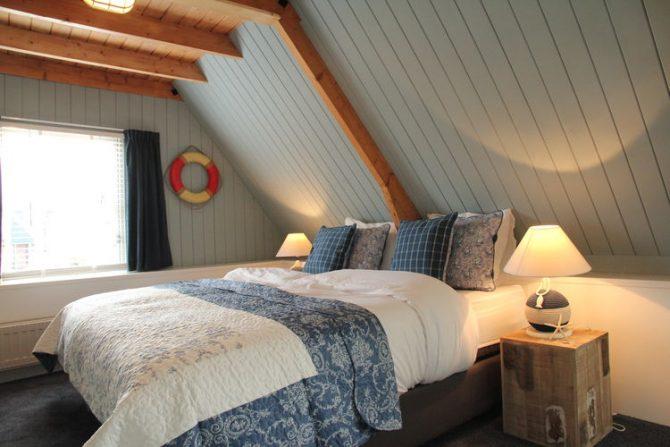 Villapparte-Belvilla-Vakantiehuis Skippers Inn in Hindeloopen-vakantiehuis voor 4 personen aan het water-romantische slaapkamer