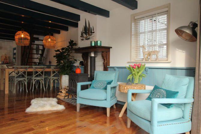 Villapparte-Belvilla-Vakantiehuis Skippers Inn in Hindeloopen-vakantiehuis voor 4 personen aan het water-woonkamer met eethoek