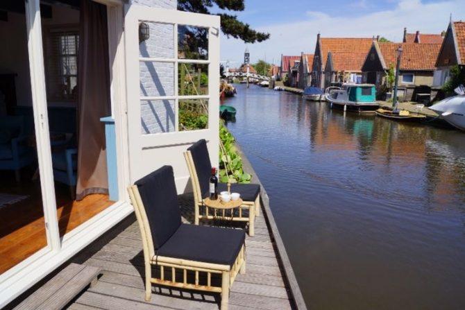 Villapparte-Belvilla-Vakantiehuis Skippers Inn in Hindeloopen-vakantiehuis voor 4 personen- terras aan het water