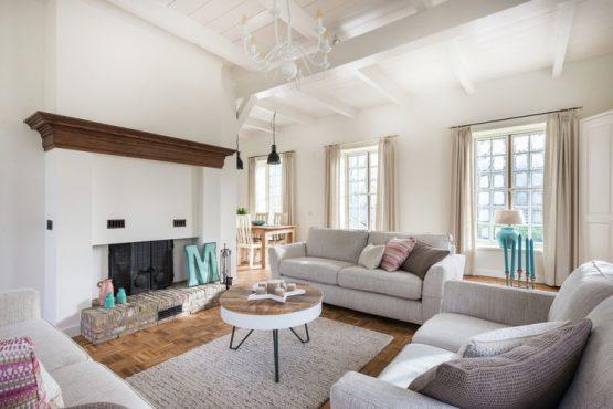 Villapparte-Belvilla-Vakantiehuis The Orangerie-luxe vakantiehuis voor 10 personen in Sassenheim-Zuid-Holland-lichte woonkamer met openhaard