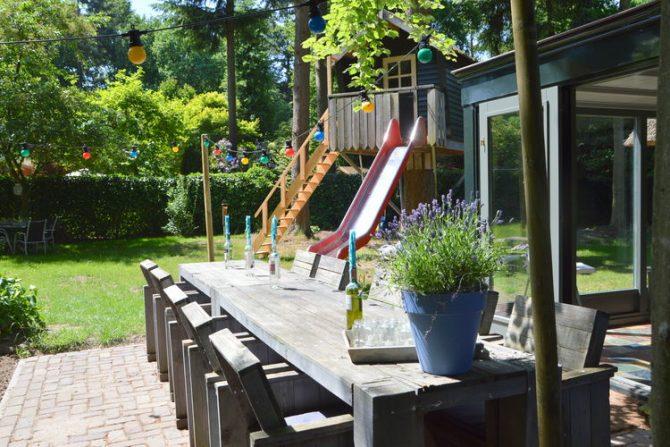 Villapparte-Belvilla-Vakantiehuis Uilennest-luxe kindvriendelijk vakantiehuis voor 7 personen-Haaren-Noord Brabant-tuin met eethoek en speeltoestel