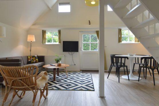 Villapparte-Belvilla-Vakantiehuis aan de Dorpsgracht in Giethoorn-knus vakantiehuis voor 2 personen-woonkamer