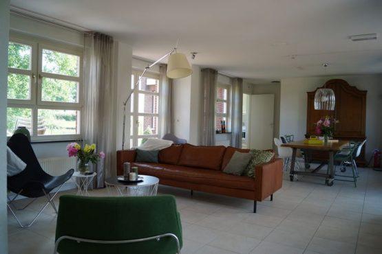 Villapparte-Belvilla-Vakantiehuis de Blauwe Sluis-luxe vakantiehuis voor 8 personen in Steenbergen-Noord Brabant-moderne woonkamer