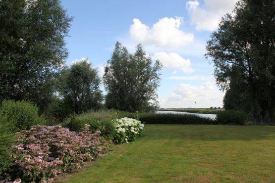 Villapparte-Belvilla-Vakantiehuis de Blauwe Sluis-luxe vakantiehuis voor 8 personen in Steenbergen-Noord Brabant-tuin met zicht op het water