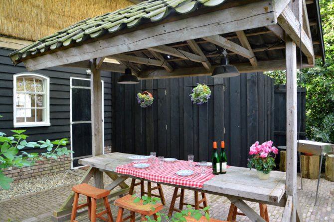 Villapparte-Belvilla-Vakantiehuis the old cottage-luxe vakantiehuis voor 4 personen-Volkel-Noord Brabant-romantische eethoek buiten
