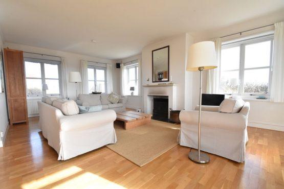 Villapparte-Belvilla-Villa Duindroom-luxe vakantiehuis voor 6 personen in Midsland-Terschelling-romantische woonkamer met openhaard