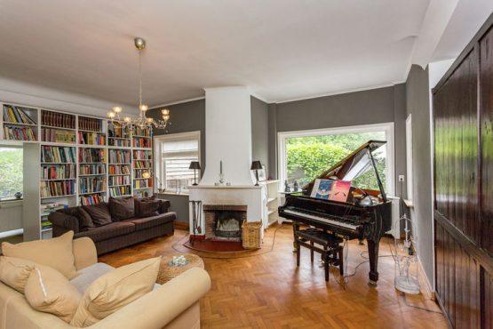 Villapparte-Belvilla-Villa Helmond-luxe vakantievilla voor 16 personen in helmond-Noord Brabant-gezellige woonkamer met openhaard