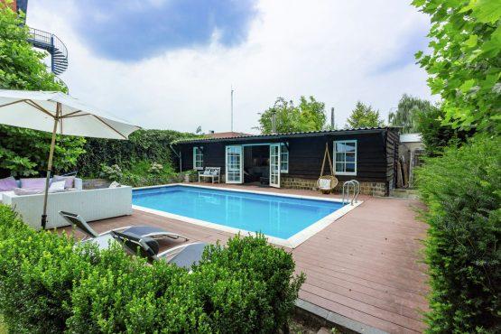 Villapparte-Belvilla-Villa Helmond-luxe vakantievilla voor 16 personen in helmond-Noord Brabant-met privé zwembad en loungehoek