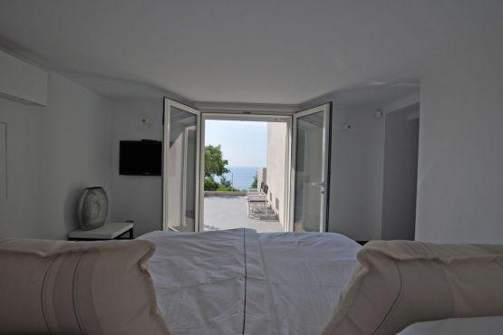Villapparte-Belvilla-Villa Six Cent Douze-luxe vakantiehuis-Zuid Frankrijk-slaapkamer met uitzicht op zee