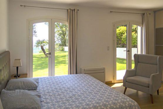 Villapparte-Belvilla-Villa Vue Mer Côte d'Azur-luxe vakantiehuis met zwembad voor 10 personen-luxe slaapkamer met uitzicht op de tuin