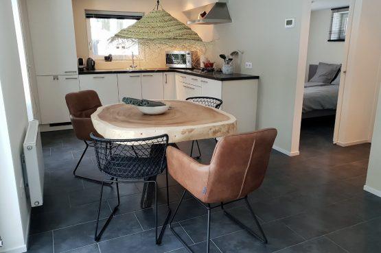 Dorpswoning In het Bos - Villapparte -romantisch vakantiehuis voor 4 personen - Noord Brabant - gezellige eethoek met luxe keuken