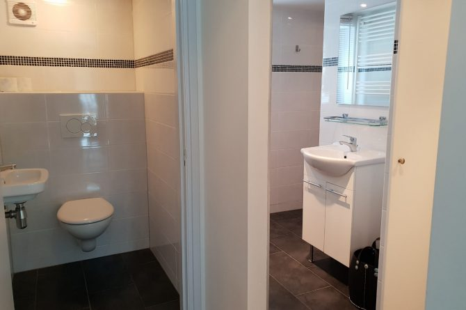 Dorpswoning In het Bos - Villapparte -romantisch vakantiehuis voor 4 personen - Noord Brabant - luxe badkamer en toilet