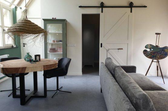 Villapparte-Dorpswoning het Atelier-luxe vakantiehuis voor 2 personen-Noord-Brabant-romantische eethoek
