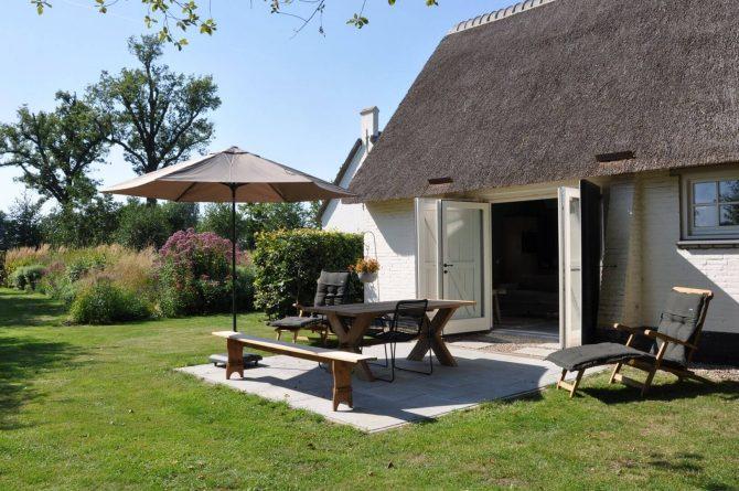 Villapparte-Dorpswoning het Atelier-luxe vakantiehuis voor 2 personen-Noord-Brabant-zonnig terras