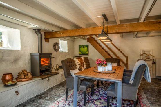 Villapparte-Natuurhuisje 33836-Landelijk vakantiehuis in Valkenburg-6 personen-Valkenburg-Limburg-romantische eethoek met houtkachel