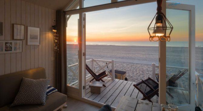 Villapparte-Largo Beach Houses Den Haag-Haagse Strandhuisjes-4 of 5 personen-uniek strandhuisje op het strand-Zuid-Holland-Den Haag-ondergaande zon