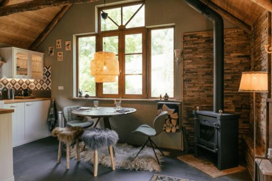 Villapparte-Natuurhuisje-Guesthouse Oldeberkoop-schattig guesthouse voor 2 personen-Oldeberkoop-Friesland-romantische eettafel