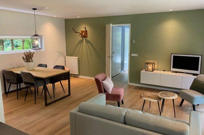 Villapparte-Natuurhuisje-Het Houten Boshuis in Koekangerveld-prachtig vakantiehuis voor 4 personen-midden in het bos-Drenthe-gezellige woonkamer