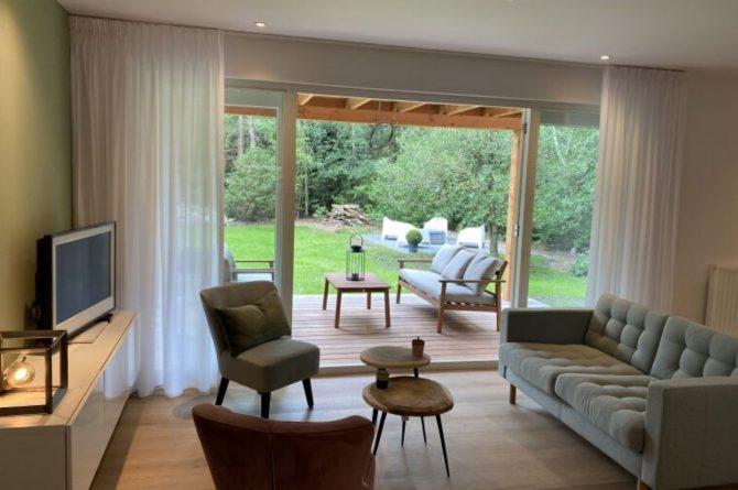 Villapparte-Natuurhuisje-Het Houten Boshuis in Koekangerveld-prachtig vakantiehuis voor 4 personen-midden in het bos-Drenthe-woonkamer met uitzicht terras