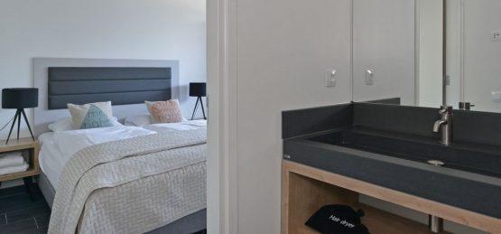 Villapparte-Oasis Punt West-Toren Villa- luxe vakantievilla voor 8 personen-Ouddorp-Zuid-Holland-slaapkamer met luxe badkamer