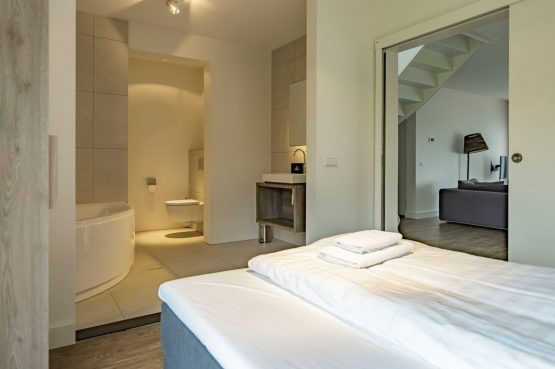 Villapparte-Baayvilla 12 Lauwersoog-Dutchen-Baayvilla's-Groningen-luxe vakantievilla voor 7 personen-aan het water-luxe slaapkamer begane grond